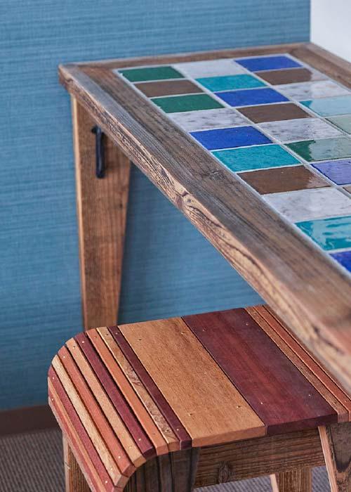 家具はオーダーメイドの特製品足場板を活かした味わい深さ